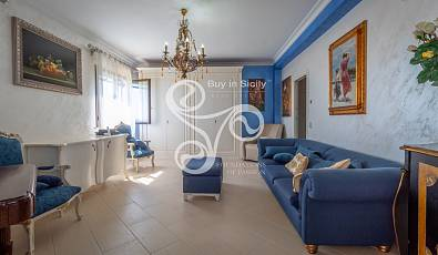 Buy in Sicily Real Estate offers the exclusive sale of a villa with swimming pool, renovated, with private access to the sea