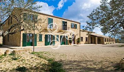 Elegant stone farmhouse surrounded by a green park of 16 hectares, in a dominant and panoramic position