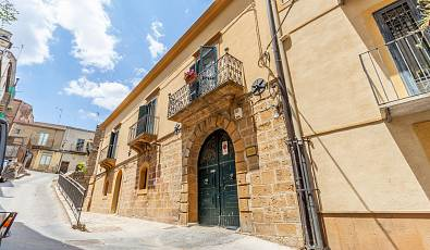 Aristocratic historic building in the heart of the historic centre of the enchanting Town of Piazza Armerina
